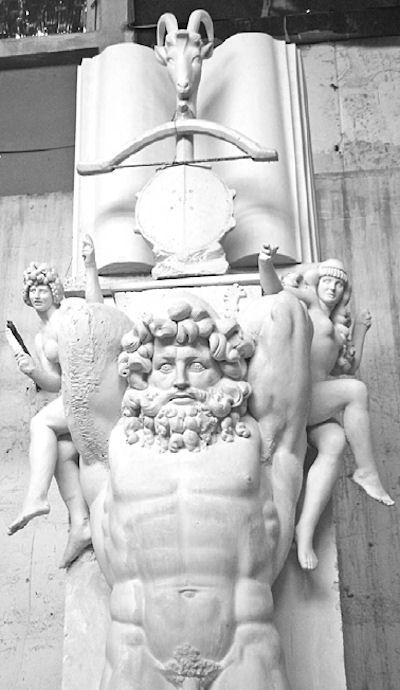 Shtylla monumentale me Titanin nudo, zanat, lahuta, libri
