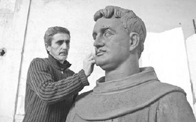 Skulptori Ilmi Kasemi duke punuar në portretin e Fishtës