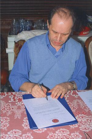 Foto nga jeta dhe vepra e Dr. Rugoves! - Faqe 3 Rugova_shkruan